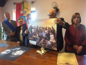 Daniele Nissim mostra a Cunardo la gigantografia della sua famiglia