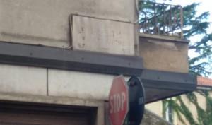 L'illeggibile targa in via Cesare Battisti