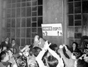 Garbosi portato in trionfo dopo una vittoria della Ignis Varese