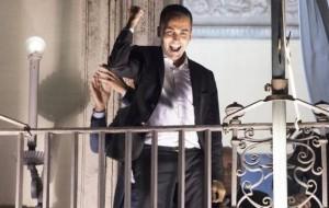 Di Maio affacciato sul balcone di Palazzo Chigi (Ansa)