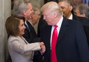 Trump stringe la mano a Nancy Pelosi