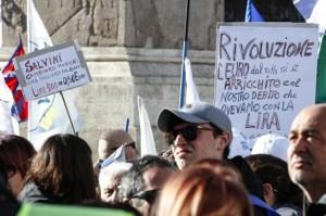 cartelli polemici con l'euro per Salvini a Roma