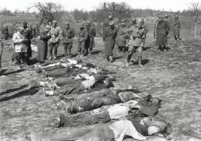Militari italiani tra i cadaveri di civili greci trucidati nel febbraio 1943 (da Wikipedia)