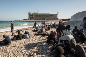 Migranti sopravvissuti a un naufragio sulle coste di Tripoli, in Libia (Taha Jawashi, Afp)