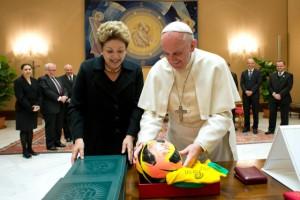 Francesco nel 2014 con l'ex presidente del Brasile Dilma Rousseff