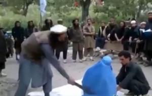 La donna fustigata in Afghanistan