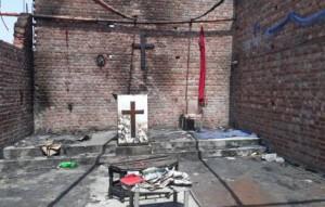 Una chiesa bruciata in Pakistan