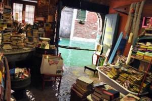 Libri a mollo a Venezia