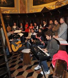 coro-con-chitarra-e-pianola