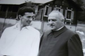 don Guglielmetti con Claudio Cocquio del gruppo giovanile Santabarbara