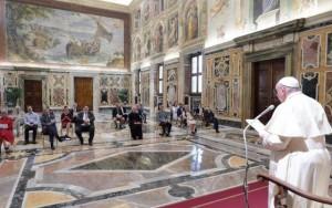 Il papa durante l'incontro con i giornalisti del settimanale belga Tertio