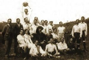 Un gruppo di atleti della Lazio in una foto di inizio secolo