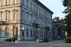 Lo storico palazzo della Popolare di Luino e Varese