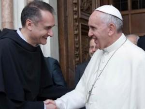 Il papa con il frate francescano Mauro Gambetti, custode del convento di Assisi
