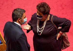 Il leader di Italia Viva, Matteo Renzi, con la ministra Teresa Bellanova (Ansa)