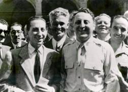 Enrico Bonfanti, a sinistra, conferisce la cittadinanza onoraria a Charles Poletti, nei giardini di Palazzo Estense, 1945 (da Wikipedia)