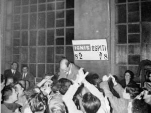 L'allenatore Enrico Garbosi portato in trionfo dai tifosi nel 1961
