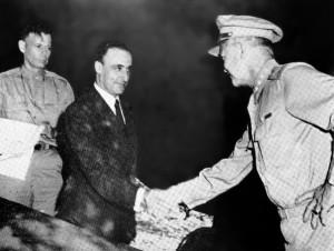 Il generale Castellano (in borghese) ed il generale Eisenhower si stringono la mano dopo la firma dell'armistizio a Cassibile